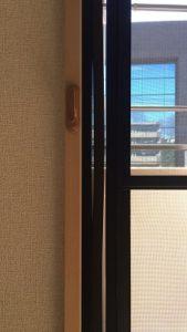 二重窓の枠の隙間
