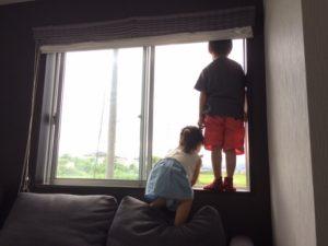 窓からの転落注意