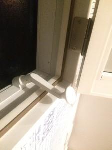 内窓プラストでハンドルをよける