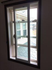 上げ下げ窓に引き違いの内窓を設置した
