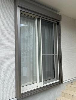 白の窓にグレーのシャッター