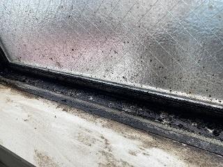 吹き抜けの窓の汚れ